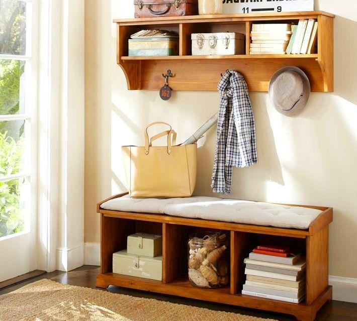 Le piédestal-ottoman est utilisé non seulement comme un endroit pratique où vous pouvez vous asseoir confortablement, mais aussi comme un conteneur pour ranger de nombreux objets et objets
