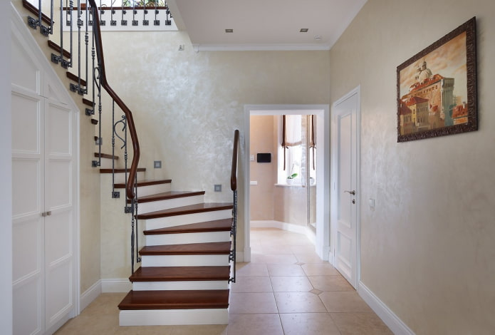 plâtre décoratif sur les murs du couloir