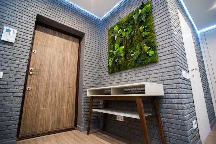 décoration murale grise dans le couloir