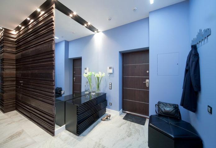 décoration murale bleue dans le couloir