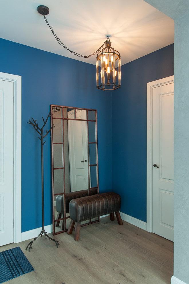 décoration murale en bleu dans le couloir