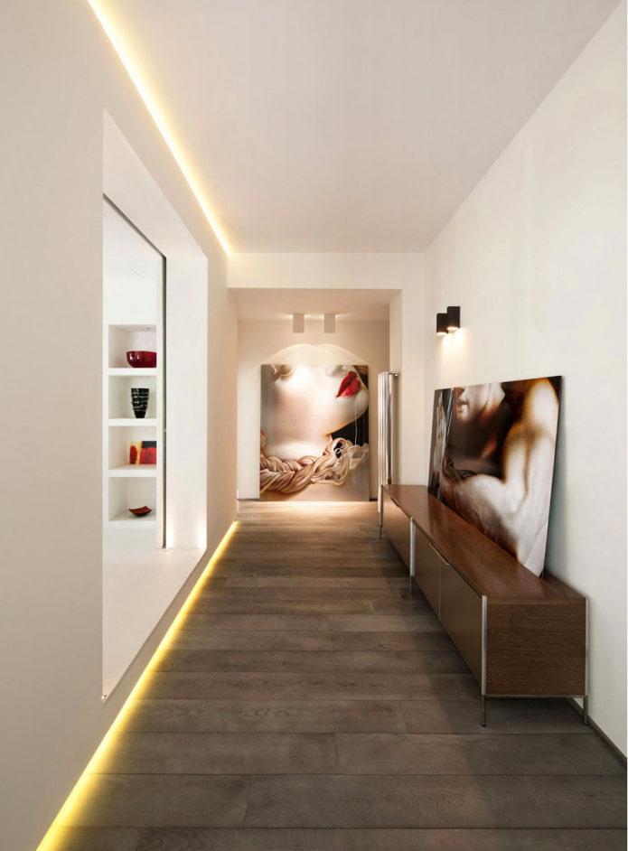 murs illuminés à l'intérieur du couloir