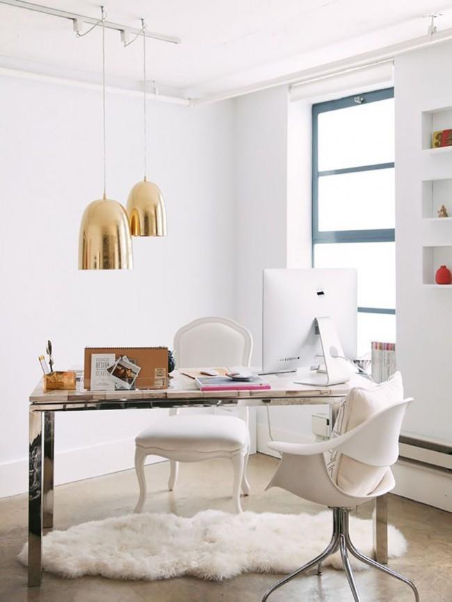 Il est important de combiner éclairage naturel, plafonnier et éclairage de table