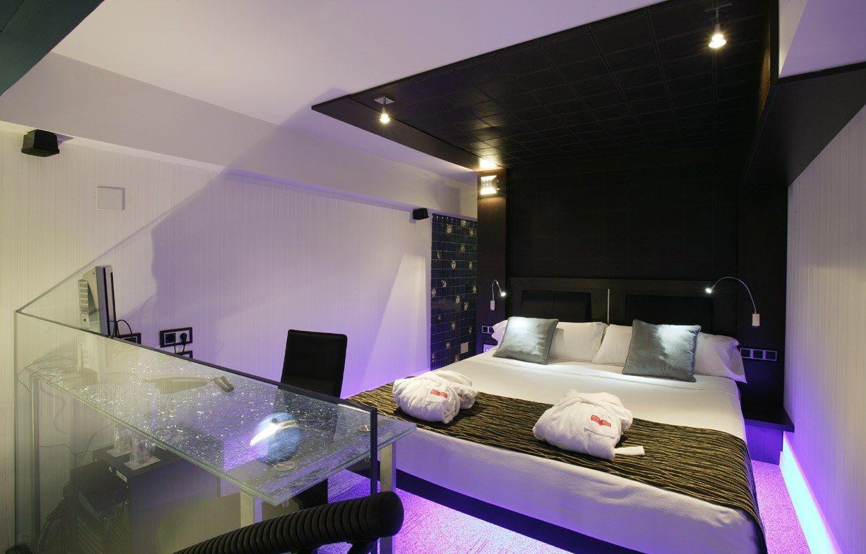 La gamme de noir et blanc est l'une des plus fréquemment utilisées dans la décoration d'intérieur high-tech.