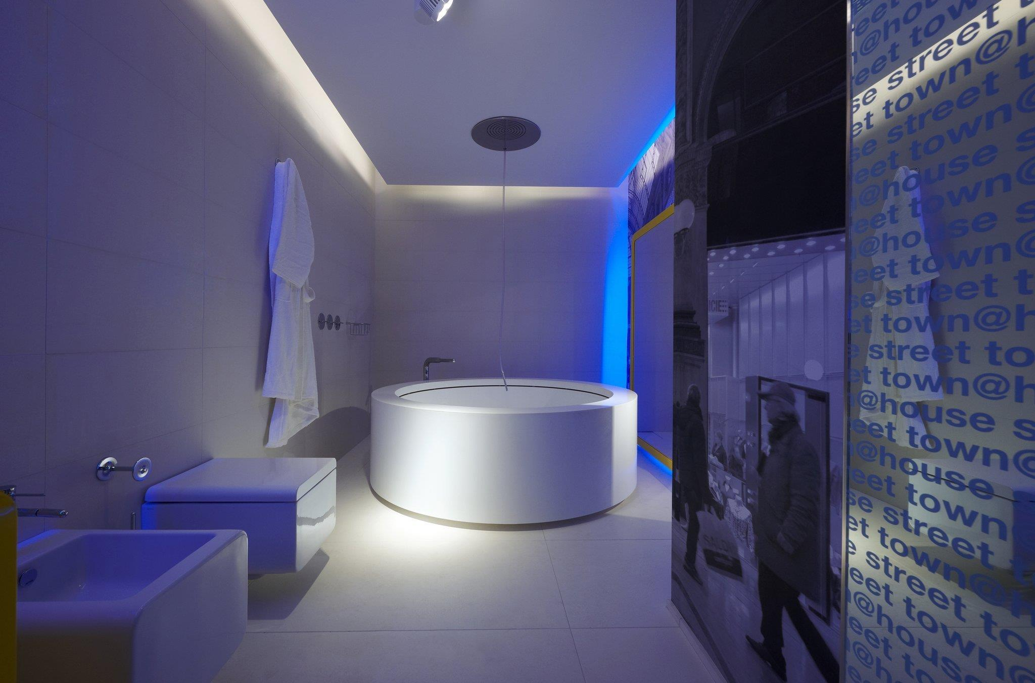 Salle de bain blanche élégante avec une baignoire ronde originale