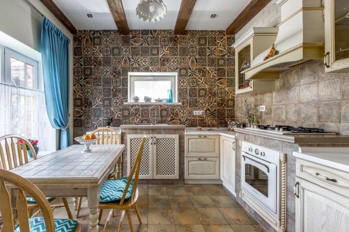 carrelage marron à l'intérieur de la cuisine