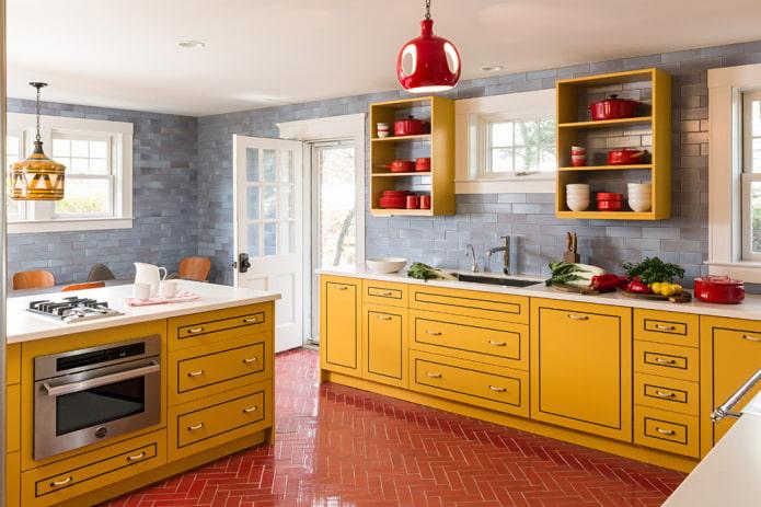 carrelage rouge à l'intérieur de la cuisine