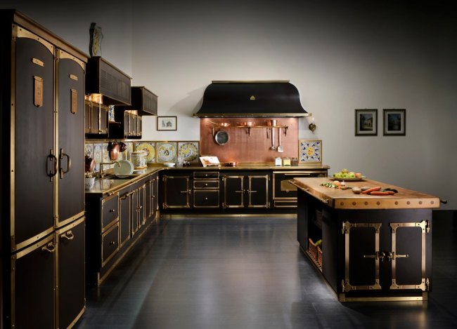Set de cuisine noir avec bordure en laiton