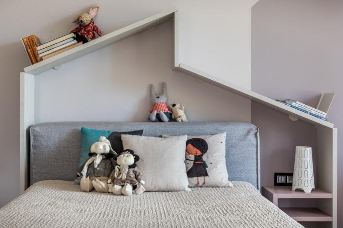 étagères au-dessus du lit à l'intérieur de la pépinière