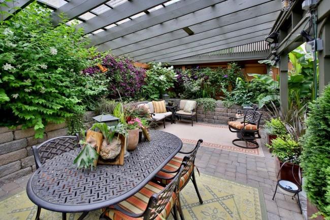 La terrasse à l'arrière de la maison est un endroit idéal pour l'intimité