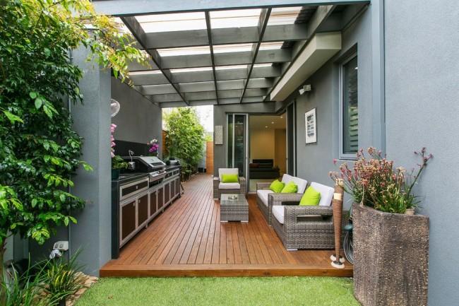 Une terrasse avec un toit en polycarbonate protège non seulement du soleil brûlant, mais offre également un abri contre la pluie