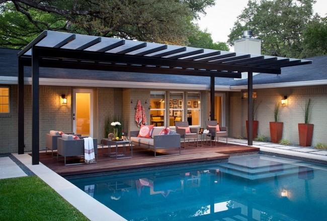 Terrasse confortable en polycarbonate près de la piscine