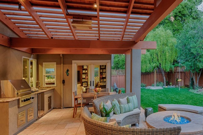 Terrasse avec un toit en polycarbonate avec une sortie de la cuisine
