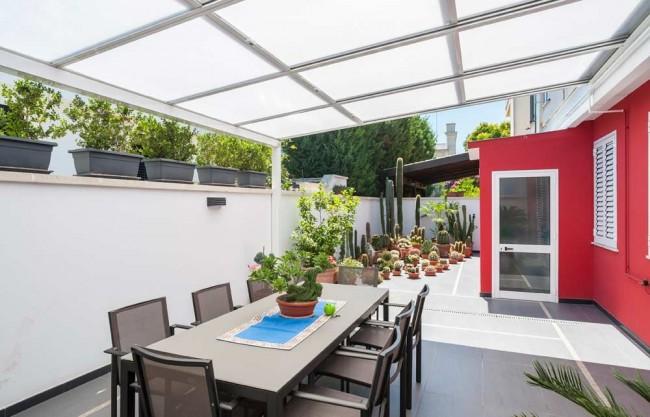 Une terrasse en polycarbonate vous permettra de passer du temps au grand air avec confort