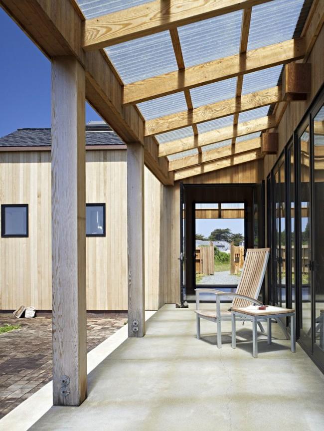 Grâce à son entretien sans prétention, la terrasse en polycarbonate décorera la maison pendant de nombreuses années.