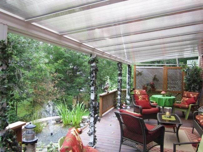 Terrasse en polycarbonate avec vue magnifique sur le jardin