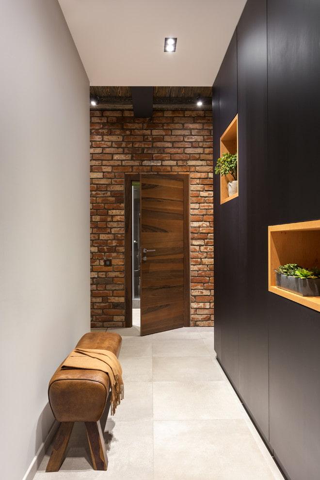 portes sombres et sol clair à l'intérieur