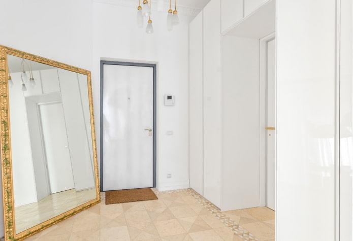 sol beige et portes blanches à l'intérieur