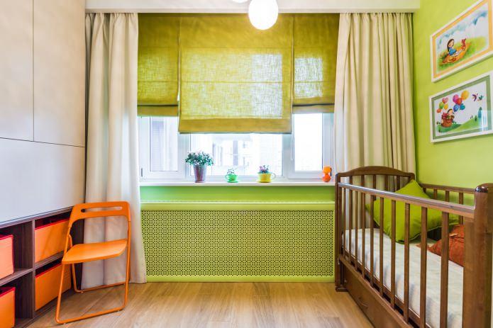 rideaux droits et romains dans la chambre pour un nouveau-né