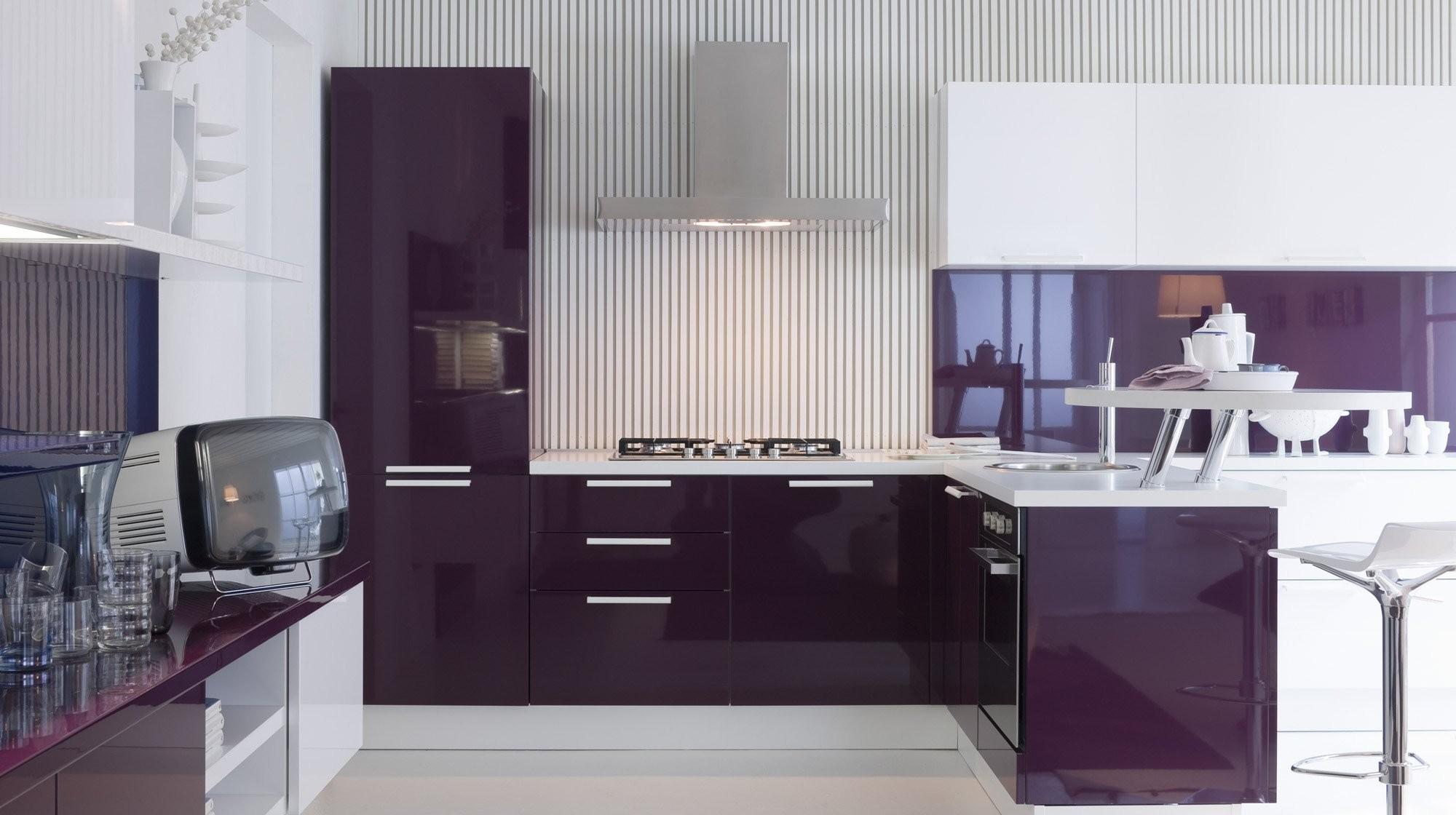 La teinte violette se retrouve plus souvent dans les cuisines modernes, qui se caractérisent par des surfaces brillantes et des couleurs riches et profondes.