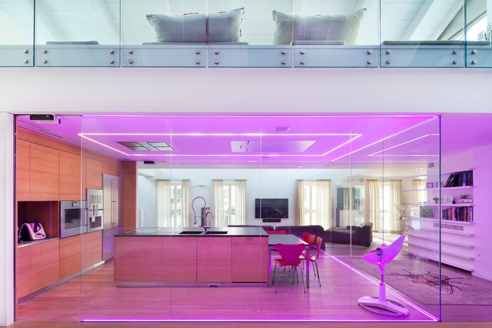 Une idée inhabituelle pour les plafonds dans une couleur lilas profonde qui complète la lumière néon