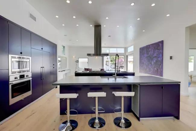 Une nuance sombre et noble sur des murs blancs dans une cuisine spacieuse