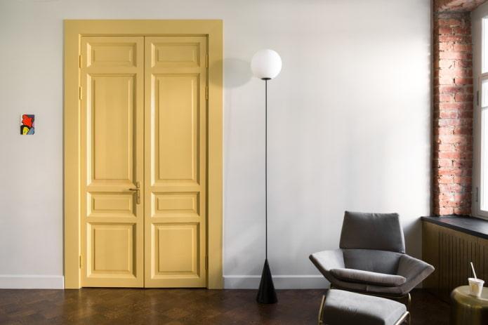 portes jaune clair à l'intérieur