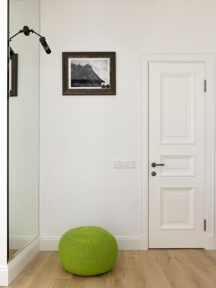 portes de couleur claire combinées avec des murs clairs