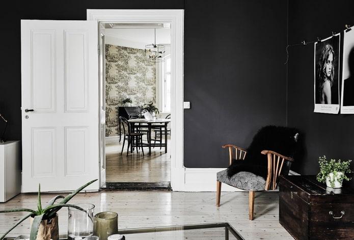 portes de couleur claire combinées avec des murs sombres