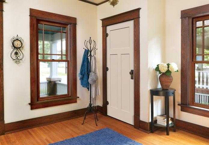 portes de couleur claire combinées avec des plinthes à l'intérieur
