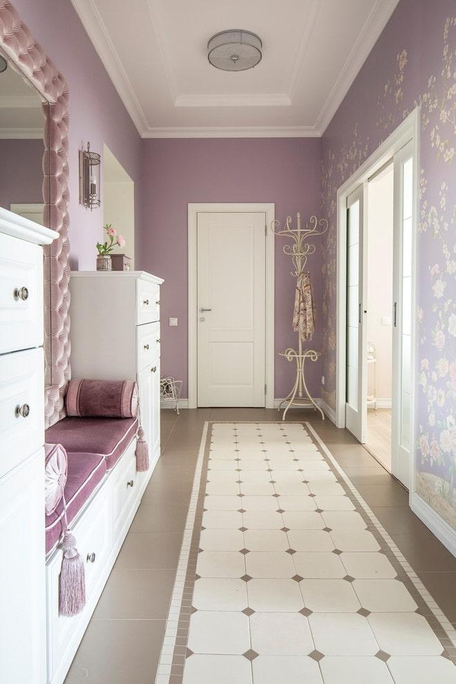 portes de couleur claire combinées avec des meubles à l'intérieur