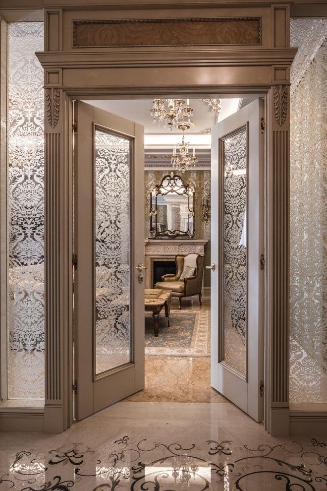 portes de couleur claire avec inserts à l'intérieur