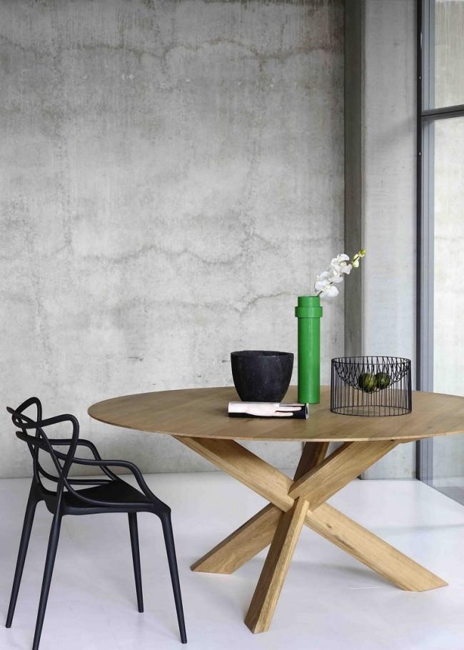 Tables à manger.  Concision soulignée dans un design moderne d'une table à manger en bois sur un trépied