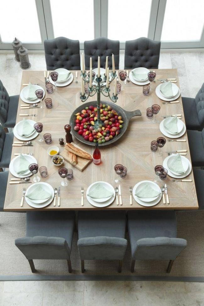 Tables à manger.  Si le métrage de la salle à manger le permet, vous pouvez privilégier une grande table carrée d'aspect solide