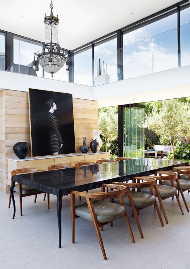 Tables à manger.  Dans la salle à manger d'une maison de campagne, vous pouvez placer une table massive en pierre naturelle ou son imitation pour un grand nombre d'invités