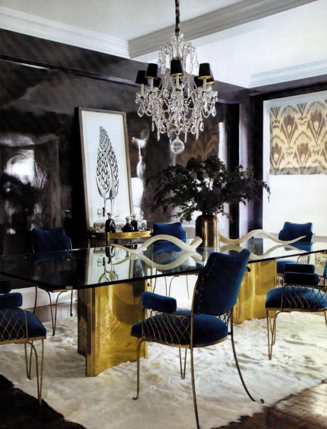 Tables à manger.  Facteur de forme classique et contours futuristes d'une table brillante avec des pieds dorés