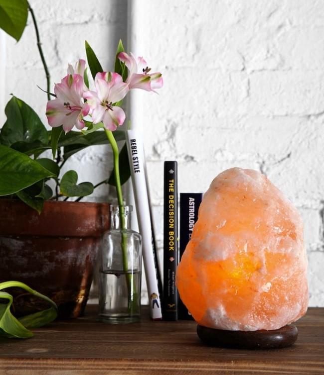 L'un des accessoires feng shui les plus efficaces est une variété de cristaux.  Par conséquent, une lampe à sel est très appropriée comme source d'éclairage supplémentaire dans la chambre.