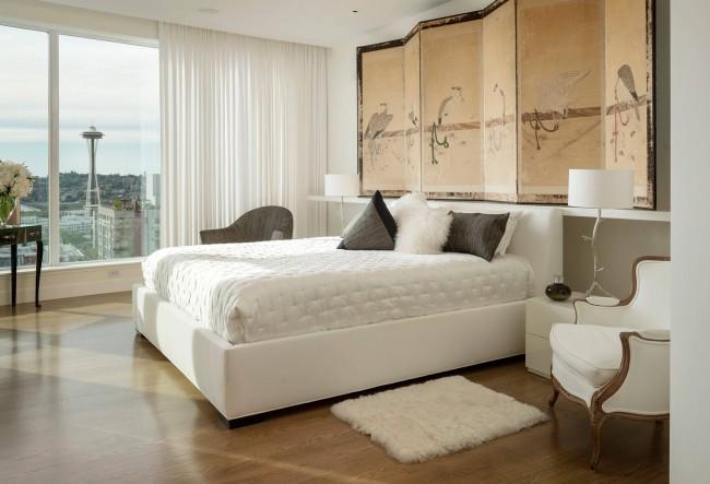 Les fenêtres à gauche et à droite de la tête de lit ne sont pas une très bonne option pour l'emplacement du lit en termes de feng shui.  Vous pouvez compenser cela avec de lourds rideaux opaques.