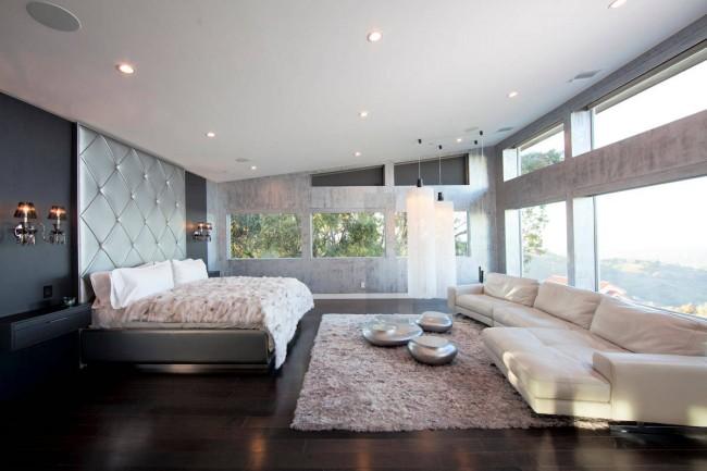 La chambre spacieuse, décorée dans les couleurs de l'élément métal, est le meilleur choix pour les couples établis