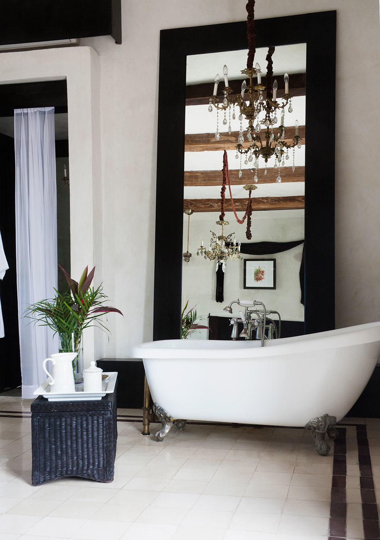 Photo 8 - Salle de bain noir et blanc de style Art Déco