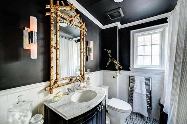 Photo 5 - Un miroir doré a fière allure dans une salle de bain en noir et blanc