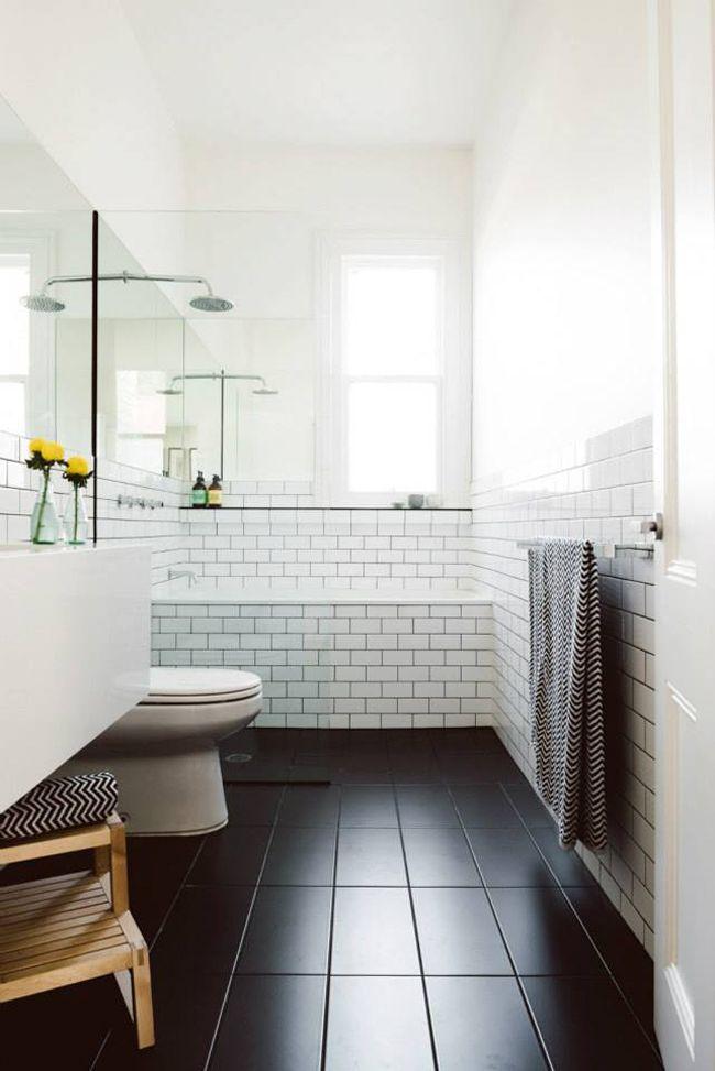 Photo 14 - Agrandissement visuel de la salle de bain dû aux murs blancs, plafond blanc et sol noir