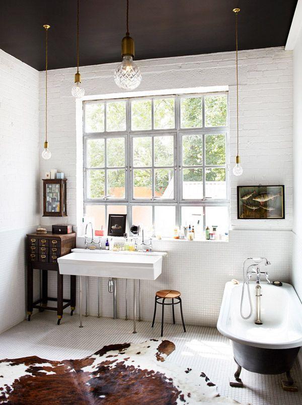 Photo 12 - Murs blancs et plafond noir dans la salle de bain