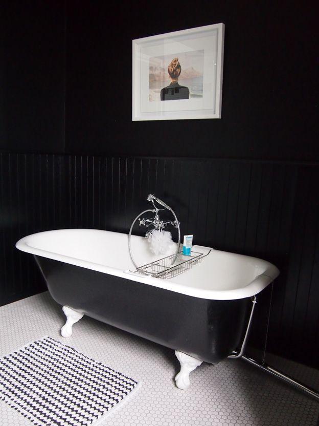Photo 20 - Les murs noirs de la salle de bain créent un sentiment de sécurité et de tranquillité
