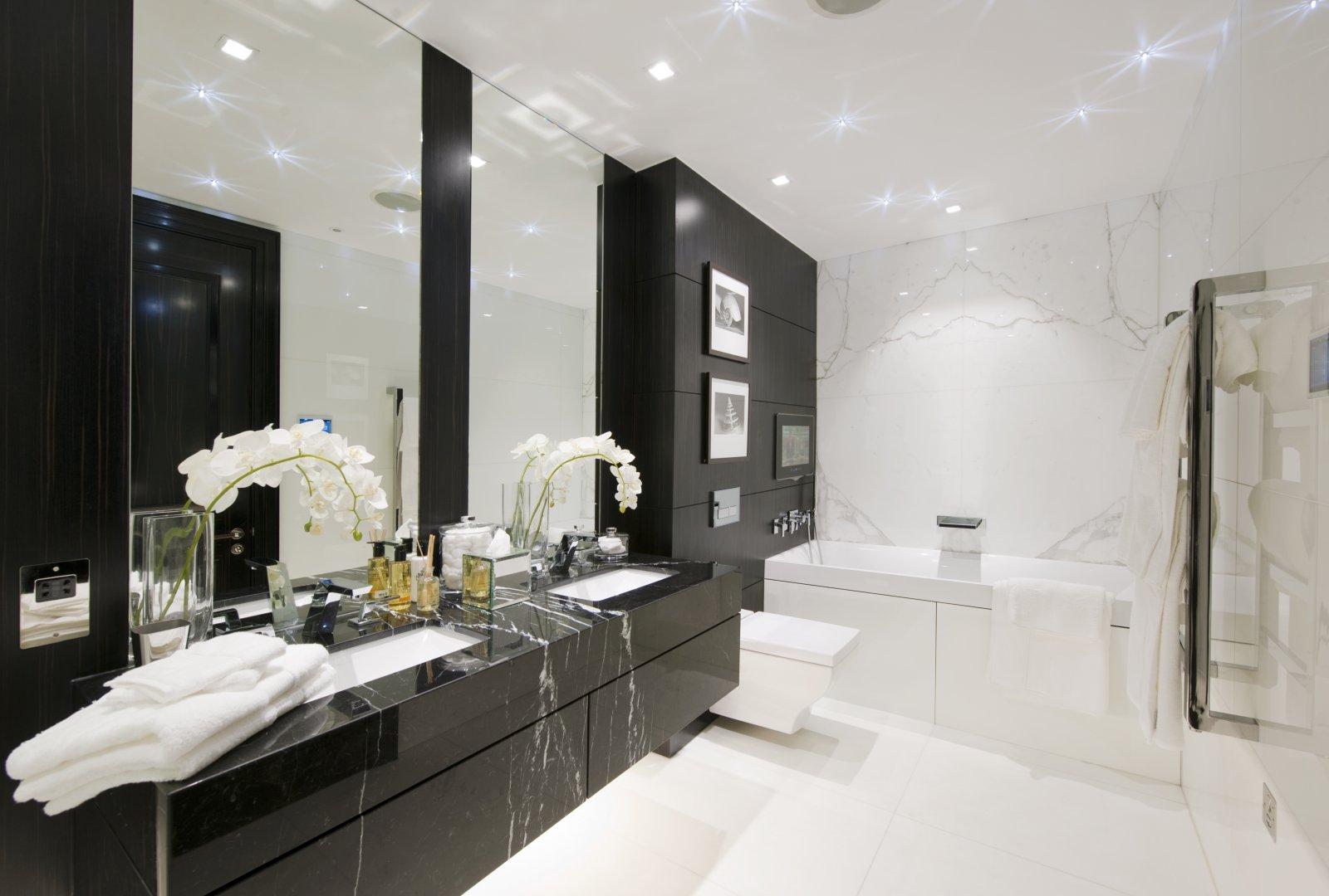 Photo 21 - L'éclairage a un rôle très important dans une salle de bain en noir et blanc, plus il est grand, plus l'ensemble du design est spectaculaire
