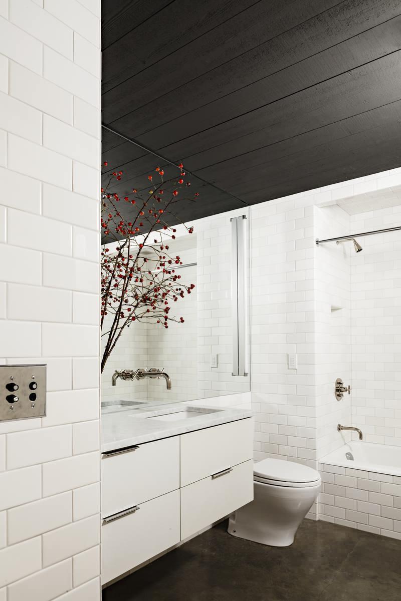 Photo 23 - Une combinaison réussie d'un plafond noir et de murs blancs en forme de brique