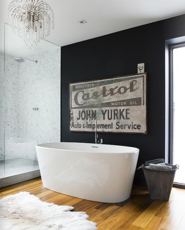 Photo 22 - La blancheur gracieuse de la baignoire sur fond de mur d'un noir profond