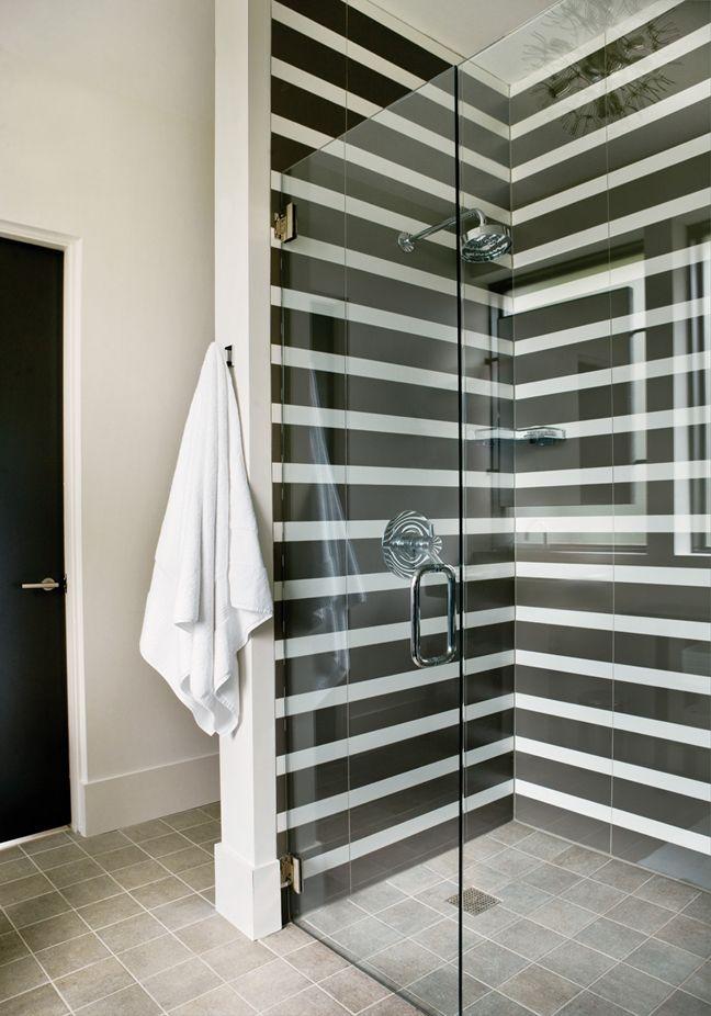 Photo 25 - Une élégante combinaison de rayures noires et blanches dans la salle de douche