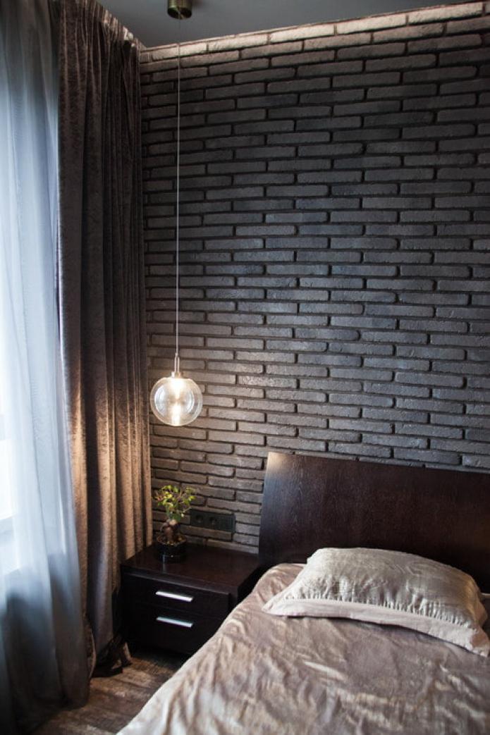 lit en bois foncé