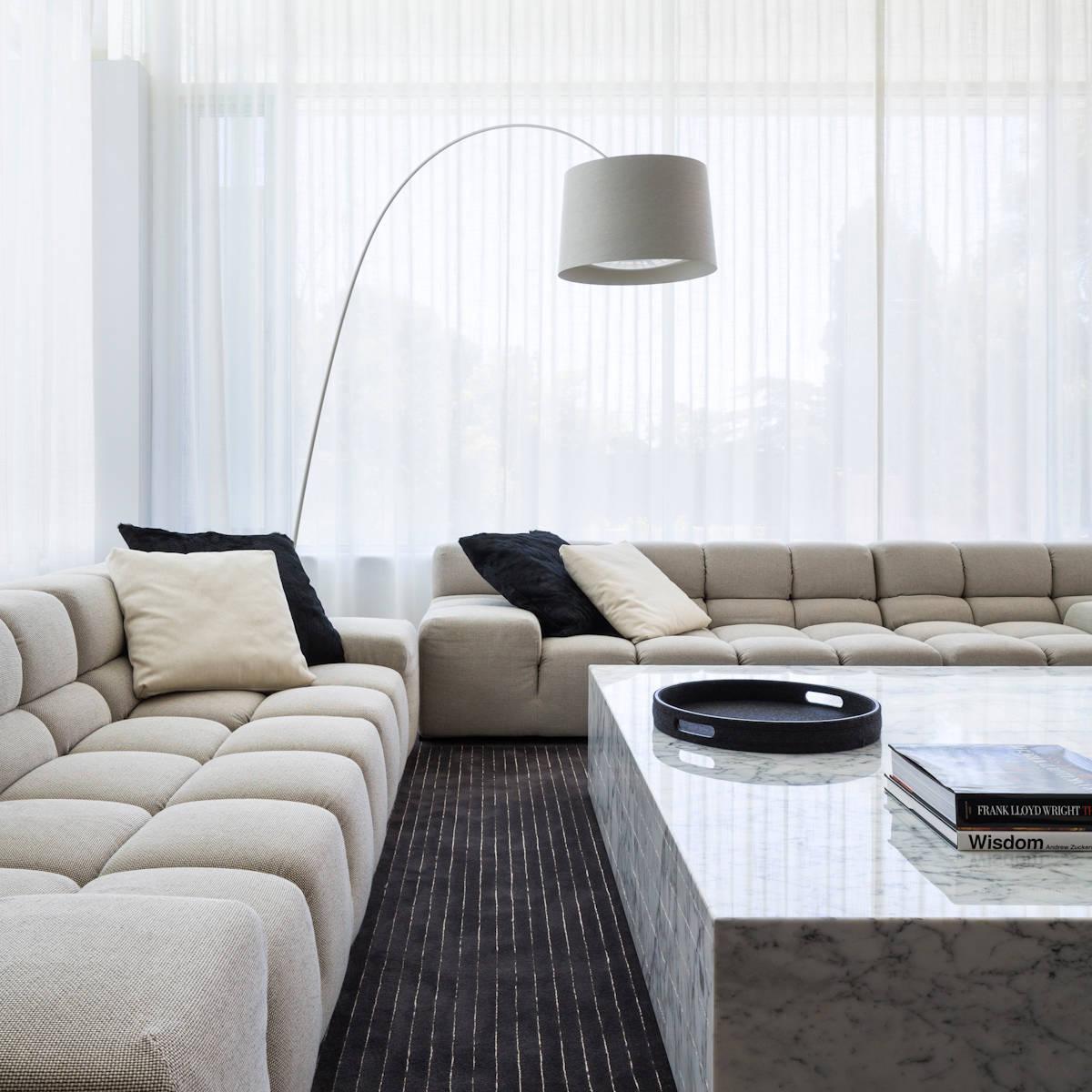 Salon blanc élégant avec mobilier en marbre